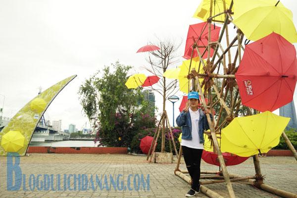 Phat-sot-voi-khong-gian-selfie-dep-giua-vuon-co-tich-du-tai-cau-song-Han-2